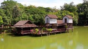 As cabanas de bambu do Nipa na areia branca encalham com palmeiras filme
