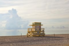 As cabanas de madeira de Baywatch do art deco no l encalham Foto de Stock