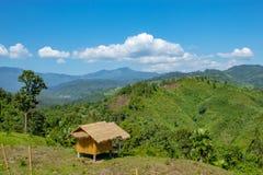 As cabanas de madeira na área rural na montanha fotos de stock