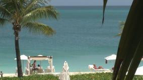 As cabanas e as cadeiras do recurso do hotel no oceanfront encalham filme