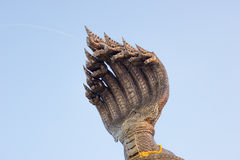 As cabeças do rei do naga cospem a água em Nakhon Phanom tailândia Imagem de Stock