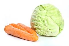 As cabeças frescas grandes do repolho e das cenouras imagem de stock