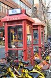 As cabines de telefone localizam em Shanghai, China fotografia de stock
