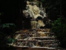 As cachoeiras são versão água-vermelha, forte video estoque
