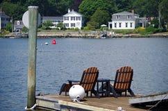 As cadeiras de plataforma sentam-se quietamente no cais Fotos de Stock Royalty Free