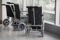 As cadeiras de rodas estão na janela imagem de stock royalty free
