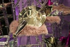 As cadeiras e os vidros dispersados, garrafas do champanhe exposição Mostra-janela decorativa Cores cor-de-rosa Decisão incomum c fotos de stock royalty free
