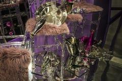 As cadeiras e os vidros dispersados, garrafas do champanhe exposição Mostra-janela decorativa Cores cor-de-rosa Decisão incomum c foto de stock