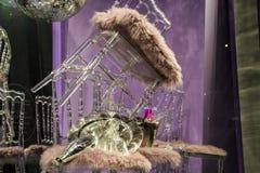 As cadeiras e os vidros dispersados, garrafas do champanhe exposição Mostra-janela decorativa Cores cor-de-rosa Decisão incomum c imagem de stock