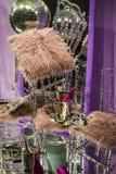 As cadeiras e os vidros dispersados, garrafas do champanhe exposição Mostra-janela decorativa Cores cor-de-rosa Decisão incomum c imagens de stock