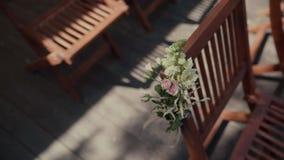 As cadeiras em uma cerimônia de casamento/decoraram com arranjos de flor Lugar para uma cerimônia de casamento video estoque