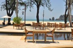 As cadeiras pela associação em Tanjung Rhu encalham, Langkawi, Malásia Fotos de Stock