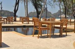 As cadeiras pela associação em Tanjung Rhu encalham, Langkawi, Malásia Imagens de Stock Royalty Free