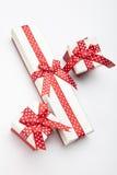 As caixas brancas com uma fita e uma curva vermelhas Fotografia de Stock Royalty Free