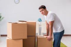 As caixas caryying do homem em casa Fotografia de Stock Royalty Free