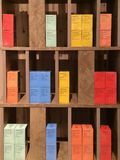 As caixas coloridas das folhas de chá indicadas em um chá compram na cidade de Xiamen, China Imagens de Stock Royalty Free