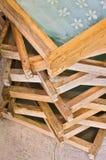 As caixas de madeira carregaram um sobre o outro fotos de stock