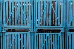 As caixas de madeira industriais velhas na fábrica dos peixes Fotografia de Stock