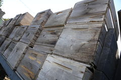As caixas de madeira velhas da maçã do vintage inclinaram no caminhão Imagens de Stock