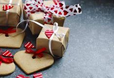 As caixas de presente com corações e coração vermelhos decorativos deram forma a cookies Foto de Stock Royalty Free