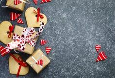 As caixas de presente com corações e coração vermelhos decorativos deram forma a cookies Imagem de Stock