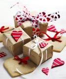 As caixas de presente com corações e coração vermelhos decorativos deram forma a cookies Fotografia de Stock Royalty Free