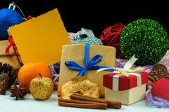 As caixas de presente do Natal, decoração do Natal e esvaziam o cartão amarelo Fotos de Stock