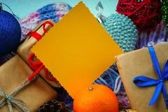 As caixas de presente do Natal, decoração do Natal e esvaziam o cartão amarelo Fotografia de Stock