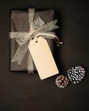 As caixas de presente do presente de Natal com a etiqueta para a zombaria acima do molde projetam Imagem de Stock Royalty Free