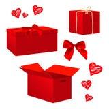 As caixas de presente vermelhas realísticas ajustaram-se para projetos do dia do ` s do Valentim Caixa amarrada com fita e curva  Foto de Stock Royalty Free