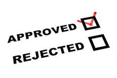 As caixas de verificação rejeitadas aprovadas na folha branca tiquetaqueiam em aprovado Fotos de Stock Royalty Free