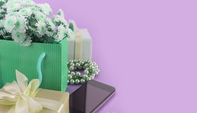 As caixas decorativas da composição da bandeira do surrealismo com presentes florescem o women& x27; fundo do azul do feriado da  imagem de stock