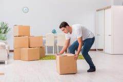 As caixas levando do homem em casa Foto de Stock Royalty Free