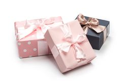 As caixas luxuosas amarraram com uma fita do rosa e do ouro fotos de stock royalty free