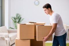 As caixas moventes do homem novo em casa Imagem de Stock