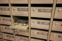 As caixas postais abertas do cacifo postais para mantêm seus informação, contas, cartão, correios etc., regulamentos da caixa pos foto de stock royalty free
