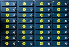 As caixas postais numeradas da pilha do metal e dos números amarelos Foto de Stock Royalty Free