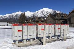 As caixas postais vermelhas do cargo de Canadá enfileiram a cidade pequena Canmore Alberta imagens de stock
