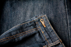 As calças de brim escuras fecham-se acima da sarja de Nimes do macro do zíper Imagem de Stock Royalty Free