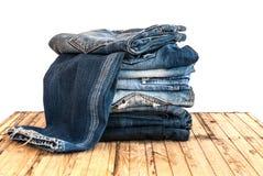As calças de calças de ganga rolam isolado acima na madeira Fotos de Stock Royalty Free