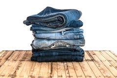 As calças de calças de ganga rolam isolado acima na madeira Fotografia de Stock Royalty Free