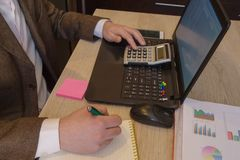As calculadoras, os proprietários empresariais, a contabilidade e a tecnologia, o negócio, o computador, o portátil, a calculador Fotografia de Stock Royalty Free
