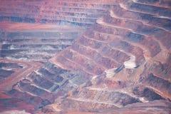 As camadas abrem o local de mineração da pedreira do corte fotos de stock royalty free