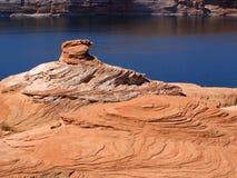As camadas de rocha formam um pináculo resistido no lago Powell no Arizona Fotos de Stock Royalty Free