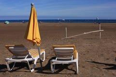 As camas amarelas do cavalete aproximam o mar Fotografia de Stock