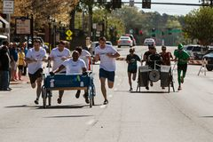 As camas do impulso das equipes rodam sobre dentro o evento do Fundraiser da caridade imagens de stock