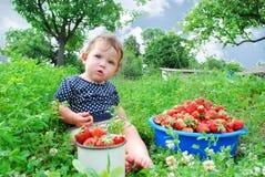 As camas do jardim perto da menina estão sentando-se, e próximo é Imagem de Stock Royalty Free