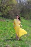 As caminhadas bonitas da menina Fotografia de Stock Royalty Free