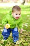 As caminhadas bonitas pequenas do menino Imagens de Stock