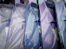 As camisas no pacote estão na vitrina fotografia de stock royalty free
